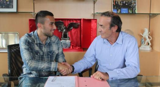 Gajic lors de sa signature avec J-L Triaud - Crédit photo : Girondins.com